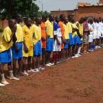 La alineación de los dos equipos: vigilantes y presos