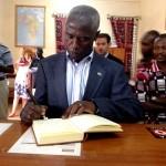 L'Ambassadeur signe le livre de visites